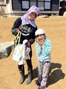 張り芝作業完了後、『3月17日同盟』のツーショット~(^^) 姪っ子のみゆちゃんは、なかなか我が家のお仕事を手伝う機会がないので、今回のお泊りで良い経験になったのではないかな~(*´▽`*)