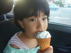 と思いましたが、一つおまけを(笑) 先日、次女の娘に『1学期頑張ったで賞』と題し、ご褒美にアイスをあげました♪ 黙々と真剣に食べ続けている娘の口元はというと・・・