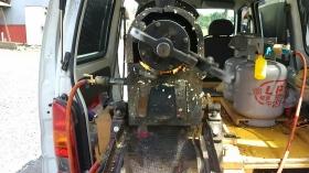 火で鎌を温め、圧力をかけている最中です。 グルングルンと機械が回っておりました。