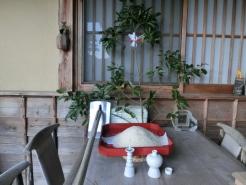 農家のお正月です。 くわを置き黒豆をふくらしに結んで飾ります。