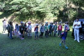 当日は天気も良く予定通り23名の子ども達が集合  受付後3班に分かれ それぞれにインストラクターと アシスタント3名とともに森の中へ。