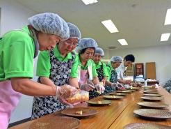 裏方で参加いただいた調理ボランティアの皆さんも心を込めて料理を盛りつけます。