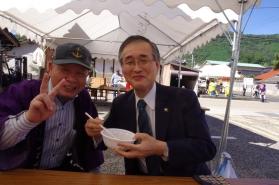 真庭市の太田市長とやまびこ会の池田会長のツーショットです。 おいしそうにうどんを食しています。