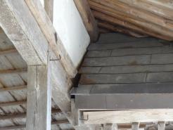 拝殿の屋根と拝殿の接続部です。離れてしまっています。
