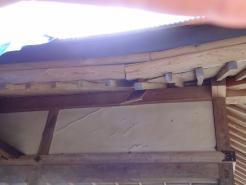屋根のあちこちがこのように傷んでいます。