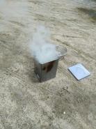 火がつくと、白い煙が出てきます。