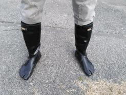 今回は田植え用の長靴を準備しました。昨年青刈りの時に普通の長靴で入ったら、すっぽ抜けて歩きにくかったのですが、コイツは一味違います。足にぴったりフィットしてGOOD!!
