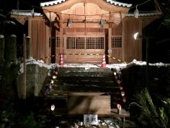 ライトアップされた神社の拝殿。