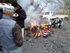 大きな火が焚かれていました。パチパチと音を立て、勢いよく炎が上がります。