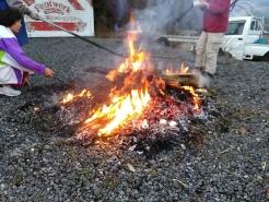 しめ飾りやお札、お守りなどが火にくべられています。
