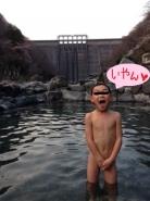 湯原温泉砂湯。 後ろには、湯原ダム。   モデルは、うちの自慢の息子です。 彼も、砂湯フリークです。  この子のために、がんばってラムネを売ります!(何かが、ちがうような気がしますが)