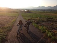 ちびっこ二人とサイクリングしてみました。 自転車道が整備されているので、安心です。  下り道の猛スピードを初体験。 街中では味わえないドキドキです。