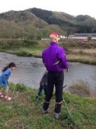 河原でたそがれているおじさんを発見。  「何してるの~?」