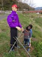 おじさんではなく、イケメンでした。   蒜山から、湯原にかけての旭川沿いには、謎の人形が、点在しています。   いったい誰が、何の目的で・・・・。  今後、調査していきます。