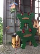 もう一つのアミューズメント計画は、「昇り人形」。手作りのあたたかみのある木の人形。