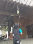 両手で紐を引っ張ると、上にのぼっていきます。(強く引っ張らないでね)子どもたちは、飽きることなく何度もやっています。