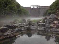 朝もやに包まれた、湯原温泉砂湯です。 24時間無料で開放されております。 湯原ダムを見上げる、圧巻のロケーションの露天風呂です。  6.26には、この湯の大掃除が行われます。