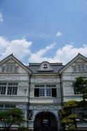 外観その2 左右対称の、シンメトリー。  一階が、教職員の玄関、二階中央部分が、講堂となっています。