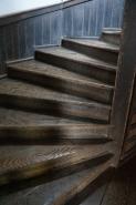 らせん階段。  いったい何人の児童が、この階段を走り回ったのでしょうか。  明治、大正、昭和、平成と、24年前まで現役だったのです。