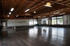 二階講堂内部。  洋風格(ごう)天井。 ぴかぴかに磨かれた床のあたたかさ。  一列になって、一斉にぞうきんがけをしたのを思い出します。  訪れると、しばらくたたずみたくなる場所です。