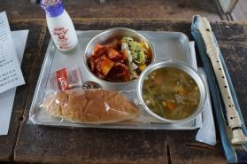 今日の献立は、 若鶏のオーロラソース フレンチサラダ コンソメスープ パン 牛乳  そして、ミルメーク!!!  安心安全な地産地消の食材を使用しているこだわりぶりです。