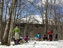 木立の間から、烏ヶ山を眺めながら昼食。自然の中で贅沢なひと時です。