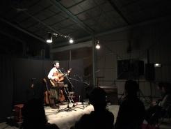さすが圧巻のステージ。ギター、オルガン、珍しい楽器ハルモ二ウムも披露。新曲も歌ってくれました。